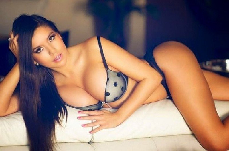 Barcelona'lı futbolcunun seksi sevgilisi