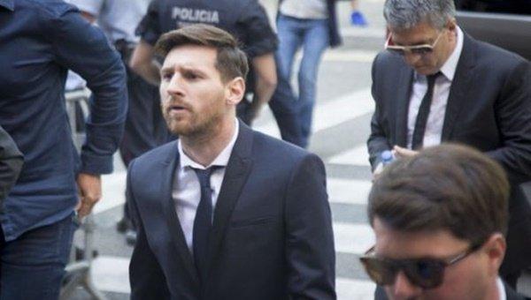 Lionel Messi hakim karşısında!