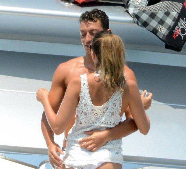 Mesut Özil, Hadise için Hakan Sabancı ile karşı karşıya