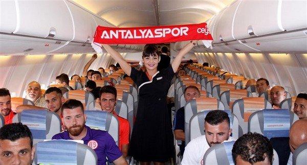 Hostes Ceren bir Antalyaspor aşığı