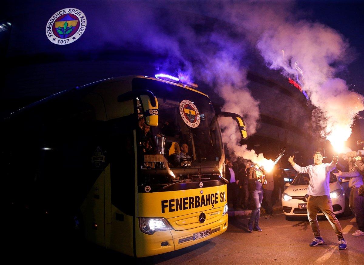 Avrupa şampiyonu Fenerbahçe Bağdat Caddesi'ni yaktı