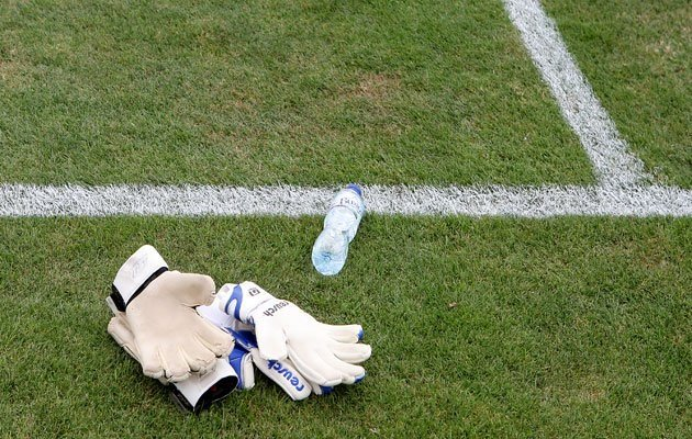 İngiliz taraftarlardan şok hareket! Rakip kalecinin su şişesine bakın ne yaptılar
