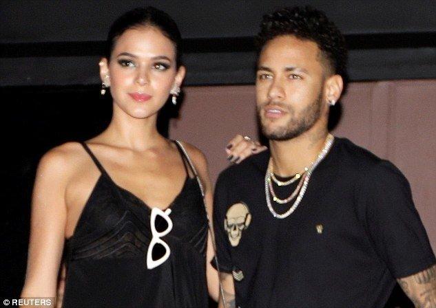 'Neymar koltuk değnekleriyle partiye katıldı!