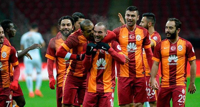 Galatasaraylı eski futbolcuya yumruklu saldırı!