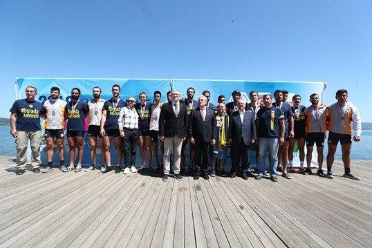 Aziz Yıldırım, Galatasaraylılar'a madalya taktı