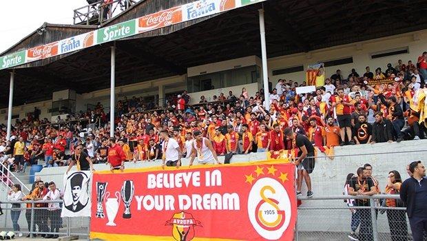 Galatasaray - Valencia maçında birbirlerine girdiler!