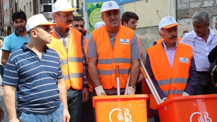 <h2>Abdürrahim Albayrak, temiz çevreye dikkat için çöpçü oldu!</h2>
