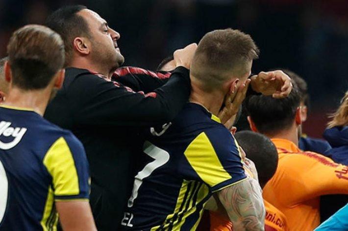 <h2>Galatasaray'da şok istifa! Hasan Şaş istifasını verdi, Fatih Terim reddetti</h2>