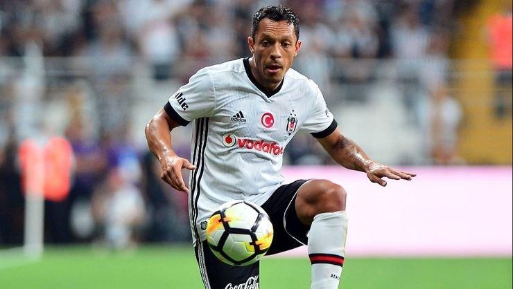 'Beşiktaş'ta Adriano'nun kalmak için şartı belli oldu