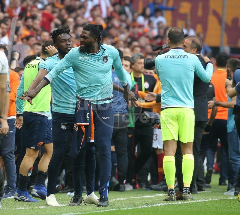 Galatasaray - Başakşehir maçında saha karıştı