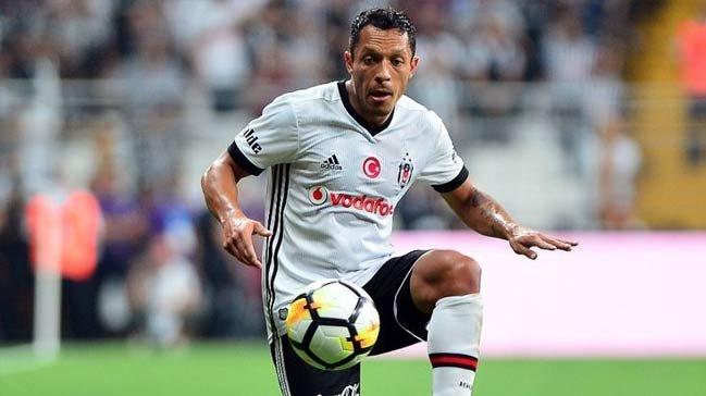 <h2>Adriano Beşiktaş'tan gidecek mi?</h2>