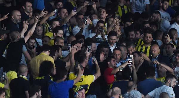 <h2>Ali Koç, Fenerbahçeli taraftarların arasında</h2>