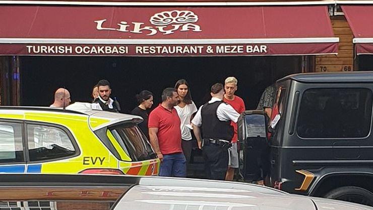<h2>Mesut Özil'e bıçaklı saldırı</h2>