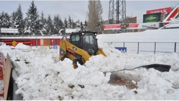 Eskişehir'in stadı kardan temizleniyor