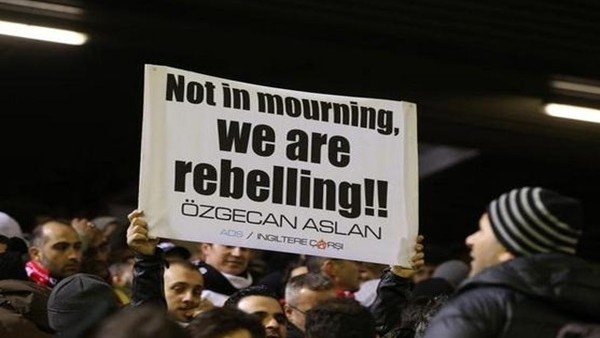 Anfield Stadı'nda Özgecan Aslan pankartı