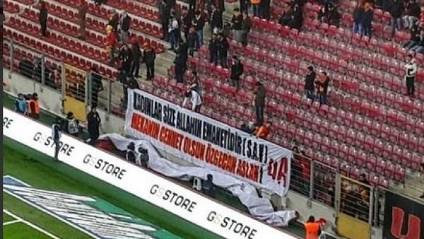 TT Arena'da Özgecan Aslan için anlamlı pankart