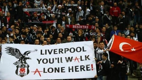 Beşiktaş tribününde Liverpool'a gönderme yapan pankart