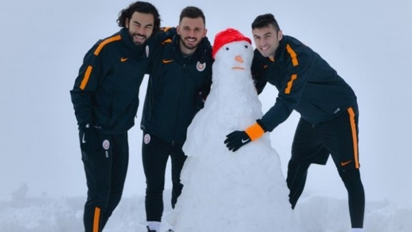 Galatasaray'da futbolcular kardan adam yaptı