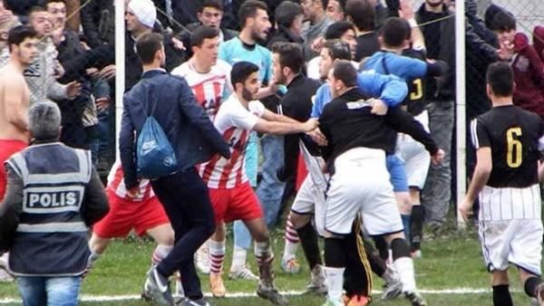 Pamukova Gençlergücü - As Akyazıspor'un futbolcuları birbirine girdi