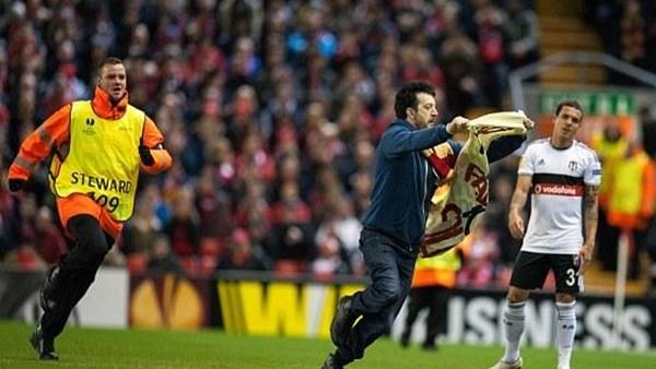Anfield Stadı'ndataraftar saha içine girdi