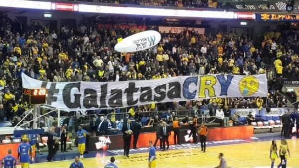 Maccabi taraftarı Alba maçı öncesi Galatasaray için pankart açtı