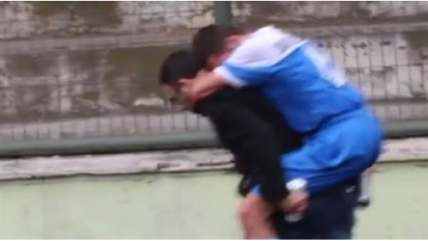 Sedye olmayınca futbolcuyu sırtında taşıdı