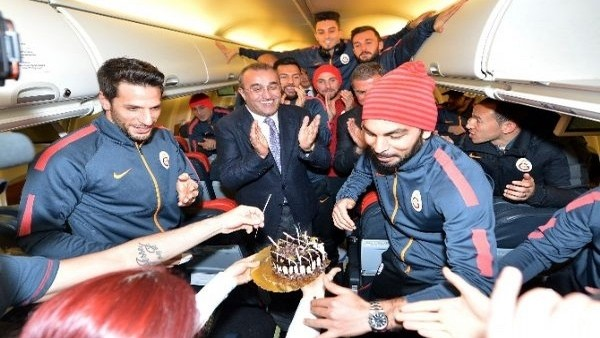 Selçuk İnan'a uçakta doğum günü sürprizi