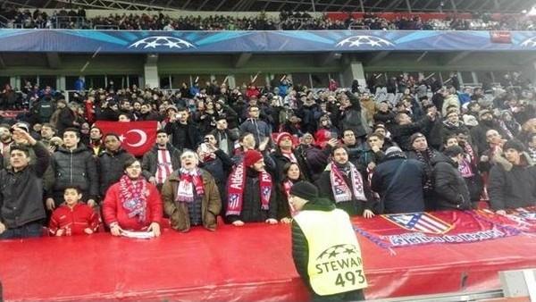 Atletico Madrid tribünlerinde Türk bayrağı!