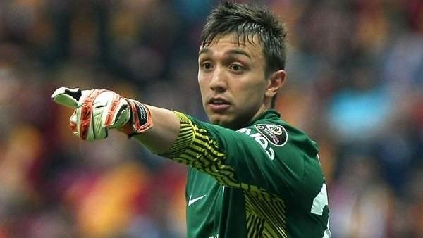 Galatasaray'da Muslera gol öncesi faul kararına çıldırdı