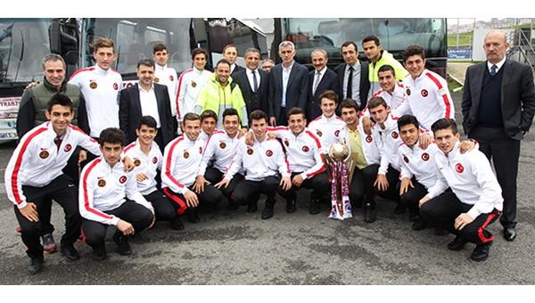 Dünya şampiyonu Erdoğdu Lisesi, Trabzonspor'u ziyaret etti