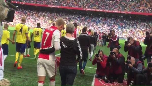 Ajaxlı futbolcular sahaya anneleriyle çıktı!