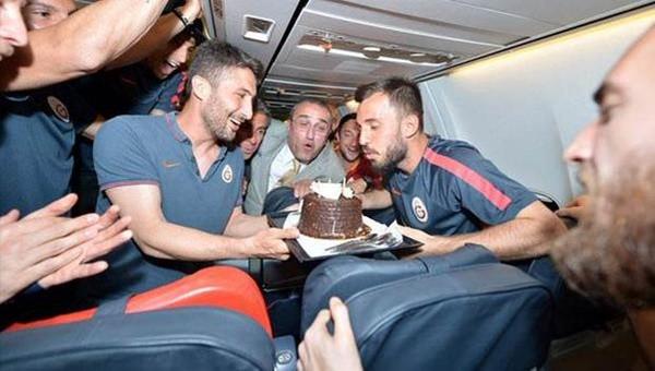 Emre Çolak'a uçakta kutlama