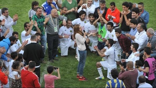 Maçtan sonra evlenme teklifi