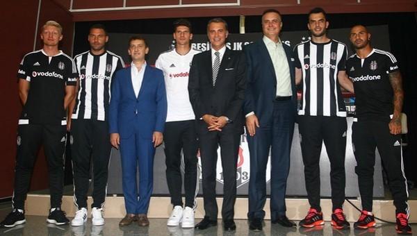 Beşiktaş yeni transferlerine imza töreni düzenledi