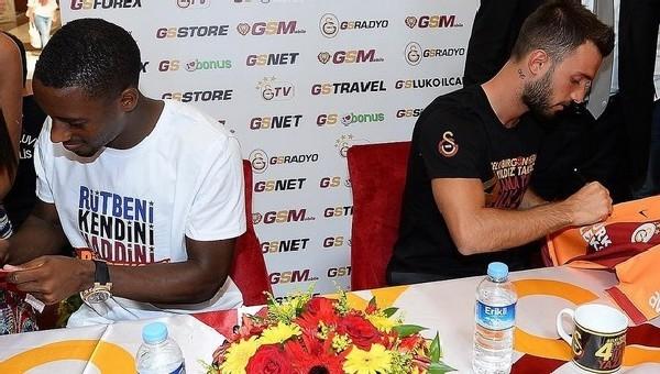 Galatasaraylı futbolcular imza dağıttı