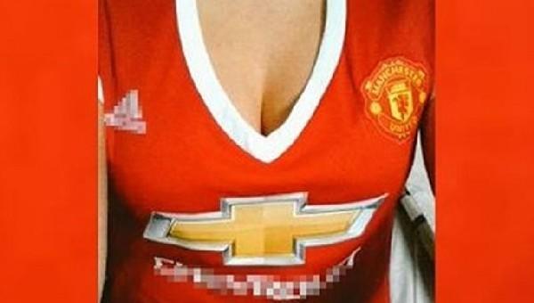 Manchester United'tan dekolteli forma