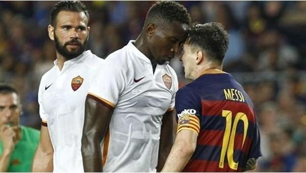 Lionel Messi rakibine kafa attı (Video)