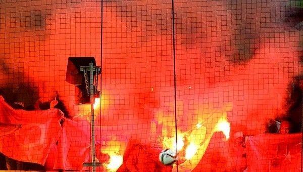 Rus taraftarlar Türk bayrağı yaktı