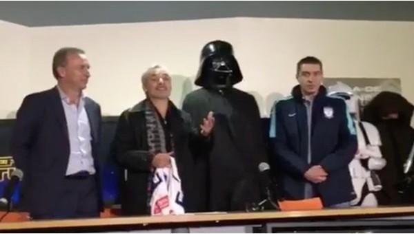Yeni transferi Darth Vader kostümüyle tanıttı