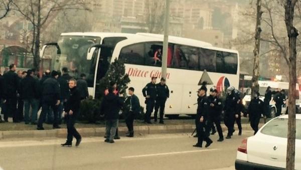 Düzcespor otobüsüne taşlı saldırı