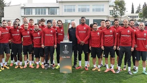 Cimbom UEFA Avrupa Ligi kupası ile fotoğraf çektirdi ...