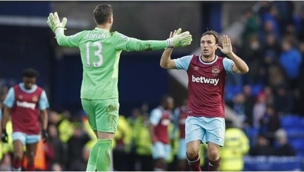 West Ham Unitedkalecisi Adrian herkesi çalımlayarak gol attı - İZLE