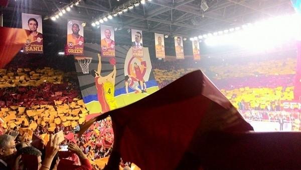 Galatasaray taraftarlarından laiklik tepkisi - İZLE