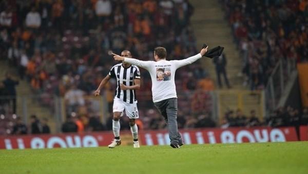 Galatasaray - Beşiktaş maçında sahay giren taraftardan Kilis mesajı