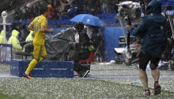 Ukrayna - Kuzey İrlanda maçında dolu yağdı, maç durdu