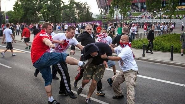 Euro 2016'da Polonya ve Ukrayna taraftarları arasında maç öncesi kavga çıktı