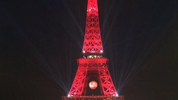 Eyfel Kulesi bir kez daha kırmızı beyaz oldu
