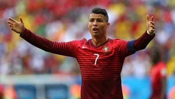 Cristiano Ronaldo gazetecinin mikrofonunu attı (iİZLE)