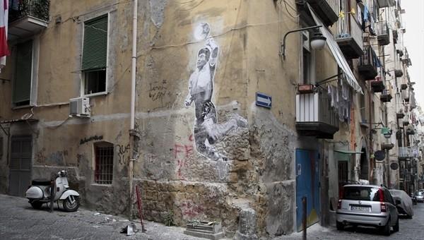 'Tanrı'nın eli' şerefine Napoli sokaklarına Maradona resmi