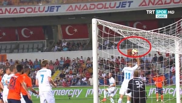 Başakşehir- Rijeka maçında skandal karar